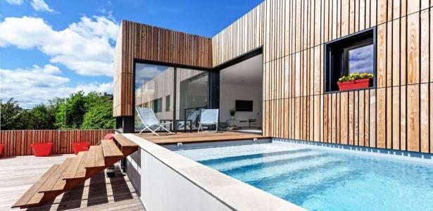 Maison en bois contemporaine avec piscine en toit terrasse for Toit de piscine