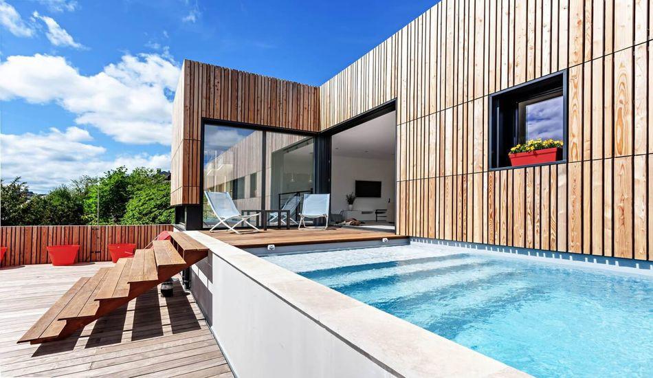 Maison en bois contemporaine avec piscine en toit terrasse ...
