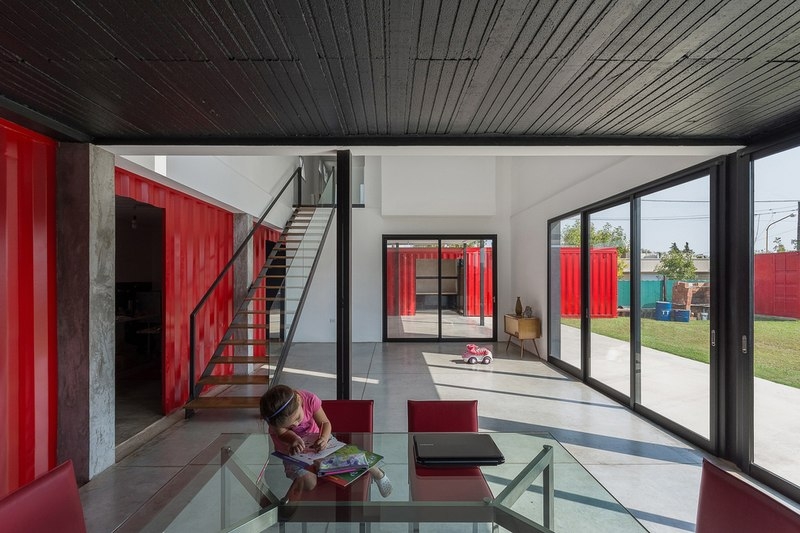 Maison contemporaine en containers en argentine for Interieur container