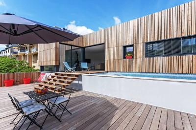 salon terrasse design & piscine - maison bois par Hugues Tournier - Cardaillac, France