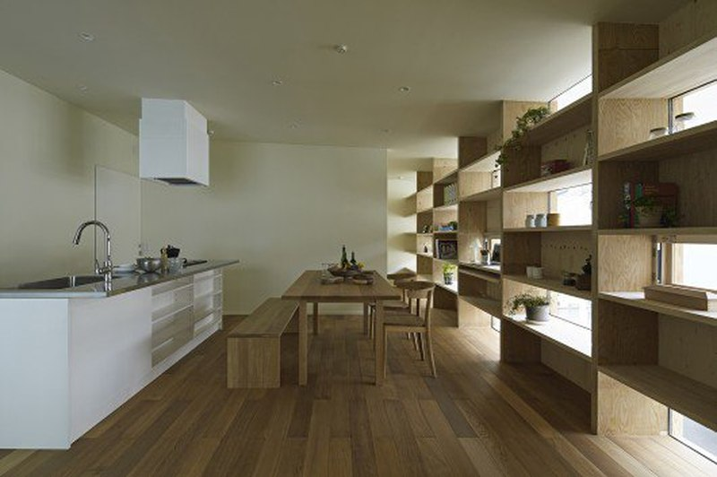 îlot central de cuisine - checkered-house par Takeshi Shikauchi - Tokyo, Japon