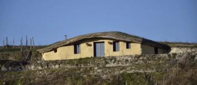 Maison Tortue, semi-enterrée et toiture végétalisée