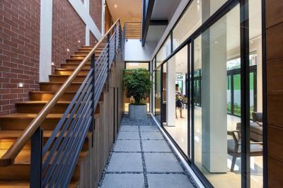 couloir séparant escalier & salon - maison exclusive par Aamer Architects - Singapour