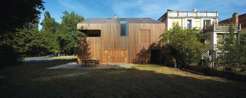 cours & pelouse - maison bois contemporaine par Avenier Cornejo - Orsay, France