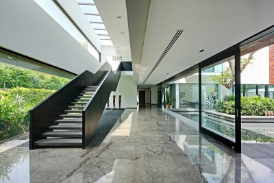 entrée & escalier accès étage - Three Trees House par DADA & Partners - New Delhi, Inde