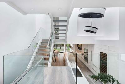 escalier balustrade vitrée accès étage - Berryman-Street-Residence par AUDAX architecture - Ontario, Canada