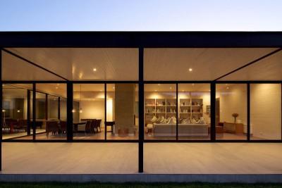 grande baie vitrée et vue séjour - salon - house-10-10-10 par Gonzalo Mardones Vivian, Valparaiso, Chili