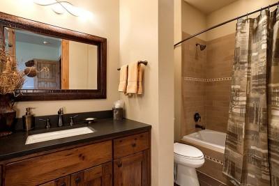 mobilier & baignoire salle de bains - maison bois traditionnelle par Bill Rangitsch, Colorado, USA