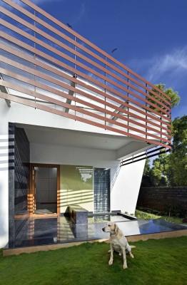 pelouse & terrasse - courtyard-house par The Purple Ink Studio - Bengaluru, Inde