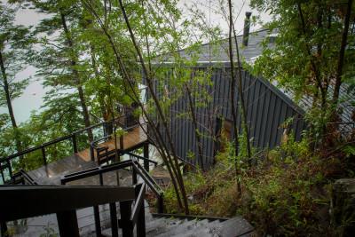 pont en bois accès - House-Todos-Los-Santos par Apio Arquitectos - Puerto Montt, Chili