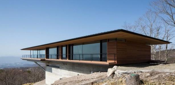 Maison contemporaine en bois en porte faux sur une for Construire maison japonaise