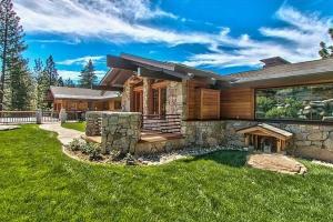 Splendide Panorama Pour Cette Maison Bois Et Pierre Traditionnelle  Américaine