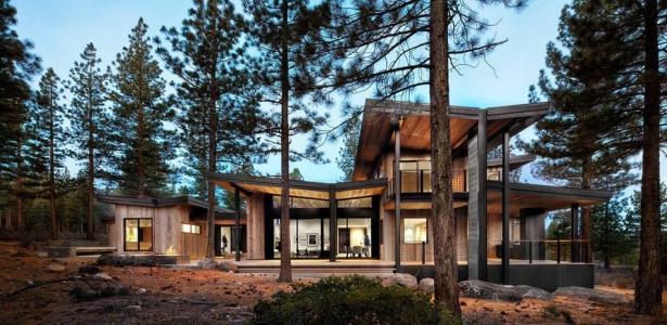Maison contemporaine en bois d cor e avec go t en pleine for Maison en pleine nature