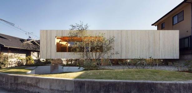 maison en bois contemporaine sur lev e sur une colline au japon construire tendance. Black Bedroom Furniture Sets. Home Design Ideas