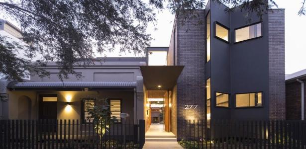 Maison contemporaine urbaine de briques et de bois en for Maison moderne urbaine