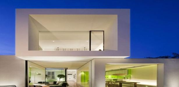Maison contemporaine de forme cubique et couleurs vives en for Maison moderne urbaine