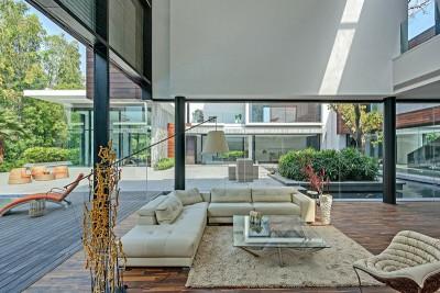 salon design & grande baie vitrée coulissante - Three Trees House par DADA & Partners - New Delhi, Inde