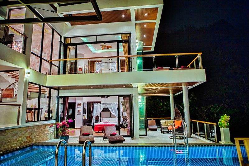 salon terrasse design illuminée & piscine - villa contemporaine - Phuket, Thaïlande