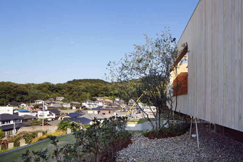 site colline & bardages bois vertical - pit-house par UID Architects - Okayama, Japon