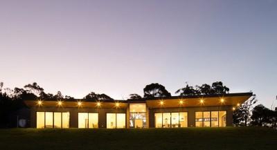 vue d'ensemble illuminée - maison bois contemporaine par Finnis Architectes - Willow Grove, Australie