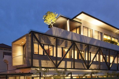 vue principale illuminée - maison exclusive par Aamer Architects - Singapour