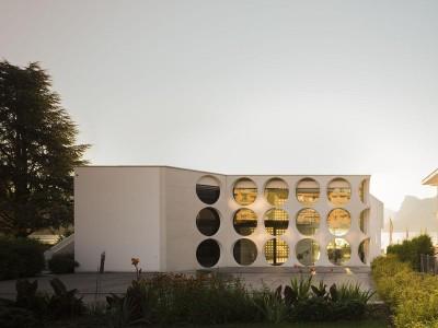 vue principale & ouvertures circulaires - o-house par Philippe Stuebi - Lucerne, Suisse