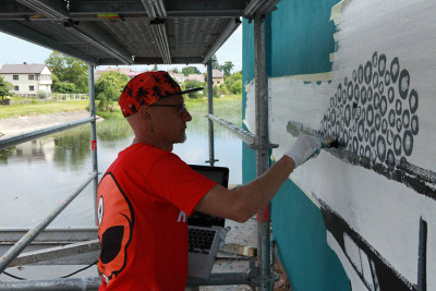 art de rue mural se refletant dans la riviere (2)