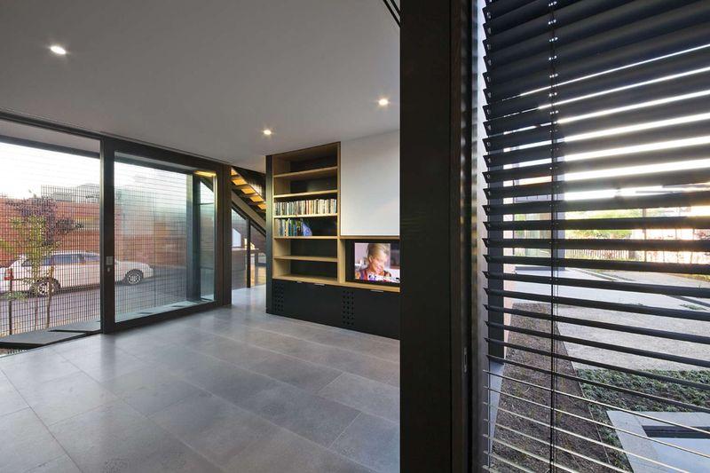 bibliothèque & coin TV - harold-residence par Jackson Clements Burrows - Melbourne, Australie