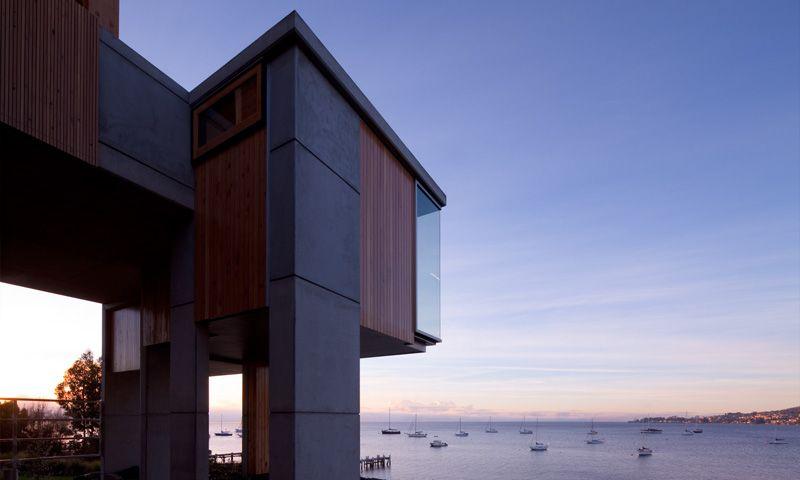 piliers béton en surplomb et vue sur mer - Home Overhanging par MGArchitects - Tasmanie, Australie