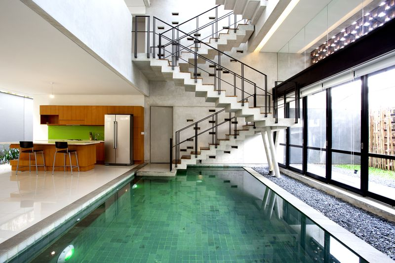 piscine intérieure & cuisine - Breathing House par Atelier Riri - Kota Tangerang Selatan, Indonésie