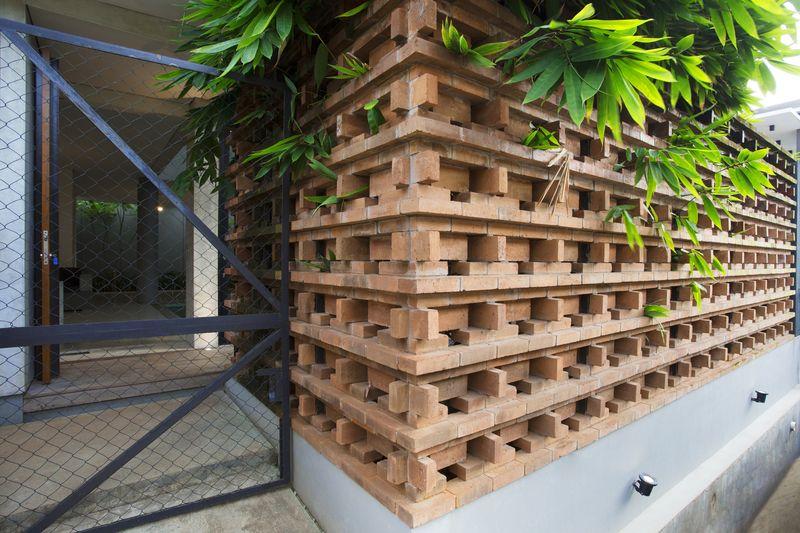 portail & façade entrée  Maison contemporaine urbaine avec de grands espaces verts en Indonésie