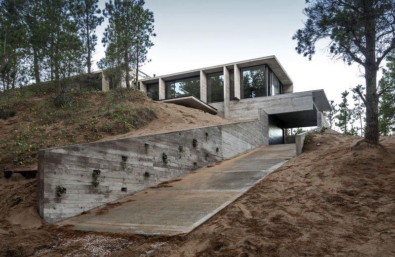 imposante maison semi enterr e construite sur une dune de sable en argentine construire tendance. Black Bedroom Furniture Sets. Home Design Ideas
