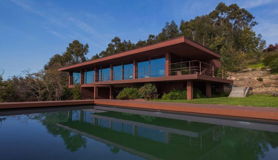 structure en acier et intérieur bois pour cette maison contemporaine