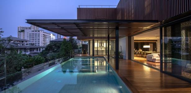 Belle maison contemporaine en bois et b ton avec piscine for Maison moderne urbaine