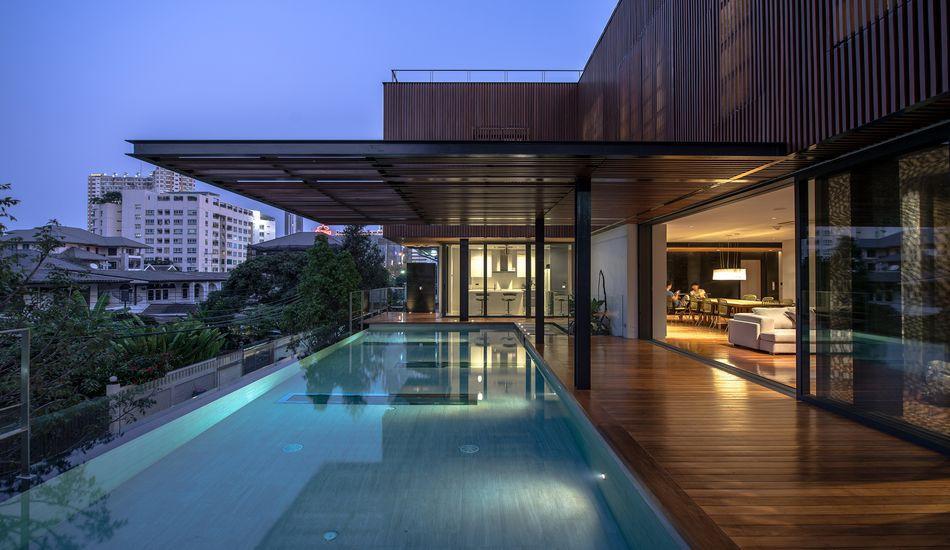 Belle maison contemporaine en bois et béton avec piscine en hauteur ...