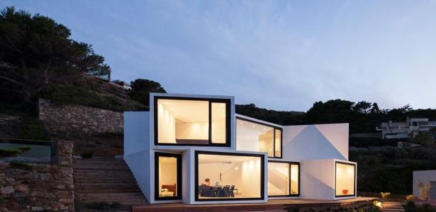 Maison Contemporaine En Espagne : Étrange maison aux formes cubique posées comme une fleur