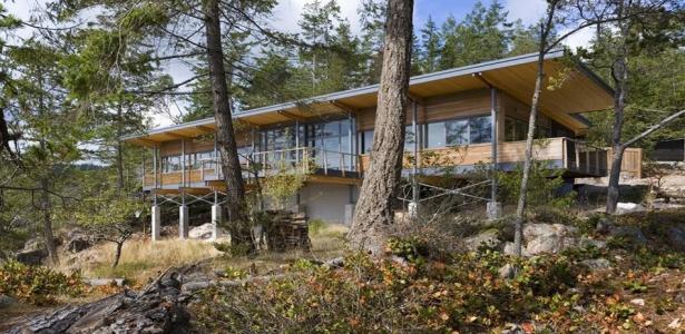 superbe maison en bois sur pilotis avec vue imprenable sur le fleuve au canada construire tendance. Black Bedroom Furniture Sets. Home Design Ideas