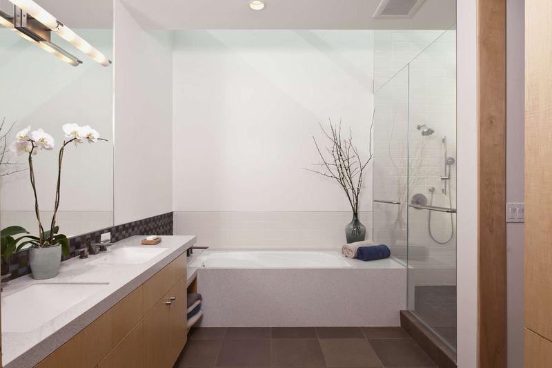 salle de bains & lavabo vitrée - sinbad-creek par Swatt Miers Architects - Sunol, USA