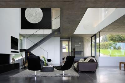 salon & escalier accès étage - maison-bord-lac par Pierre Minassian - Haute-Savoie, France