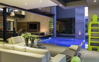 salon & piscine intérieur - House-in-Blair-Atholl par Nico van der Meulen Architectes - Johannesburg, Afrique du Sud