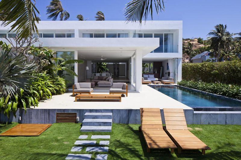 Villa contemporaine en bordure d une station baln aire au for Conception piscine publique