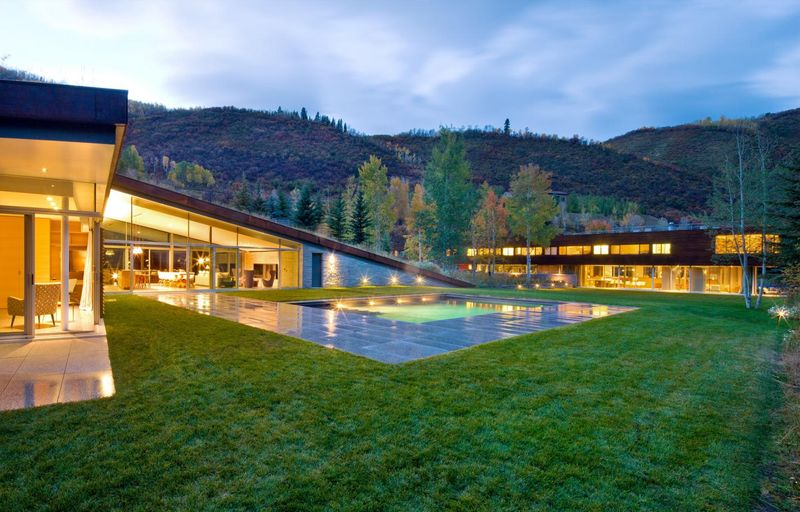 vue d'ensemble illuminée - Sustainable house par Gluck+ - Colorado, USA