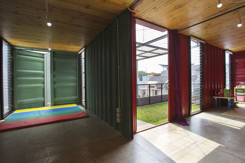 Charmante maison container urbaine au design contemporain en indon sie cons - Maison container interieur ...