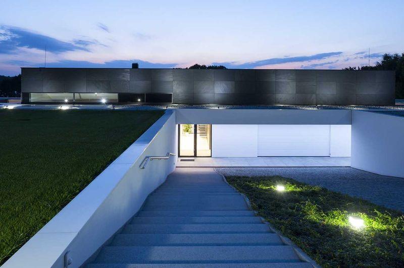 escalier extérrieur accès partie enterrée - Nemo-house par Mobius Architects - lac Mazurie, Pologne