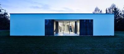 grande baie vitrée entrée secondaire - Autofamily House - Robert Konieczny-KWK Promes - Pologne
