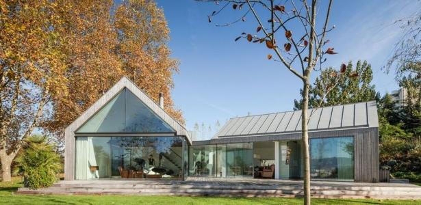 ensemble de quatre maisons en bois contemporaines de vacances au portugal construire tendance. Black Bedroom Furniture Sets. Home Design Ideas