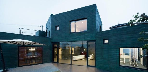 maison contemporaine aux couleurs verd tres au japon. Black Bedroom Furniture Sets. Home Design Ideas