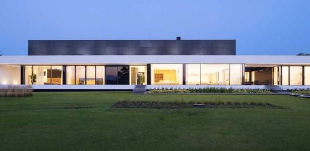 Magnifique Maison SemiEnterre Aux Formes Rectangulaires Bordant Le