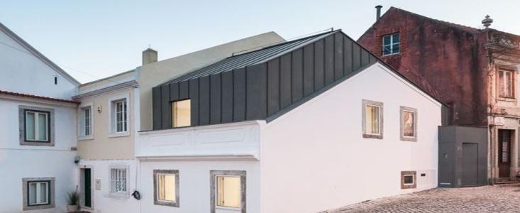 sur l vation contemporaine pour maison urbaine au portugal. Black Bedroom Furniture Sets. Home Design Ideas
