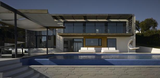 splendide maison contemporaine avec piscine bordant la m diterran e en france construire tendance. Black Bedroom Furniture Sets. Home Design Ideas